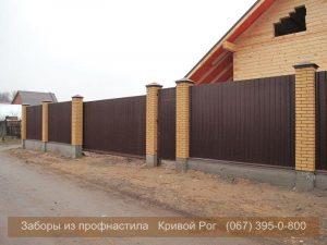 Забор из металла с кирпичной кладкой
